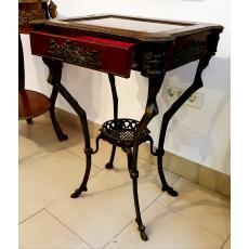Piesa de mobilier din lemn si bronz, masa cu blat de sticla si sertar.