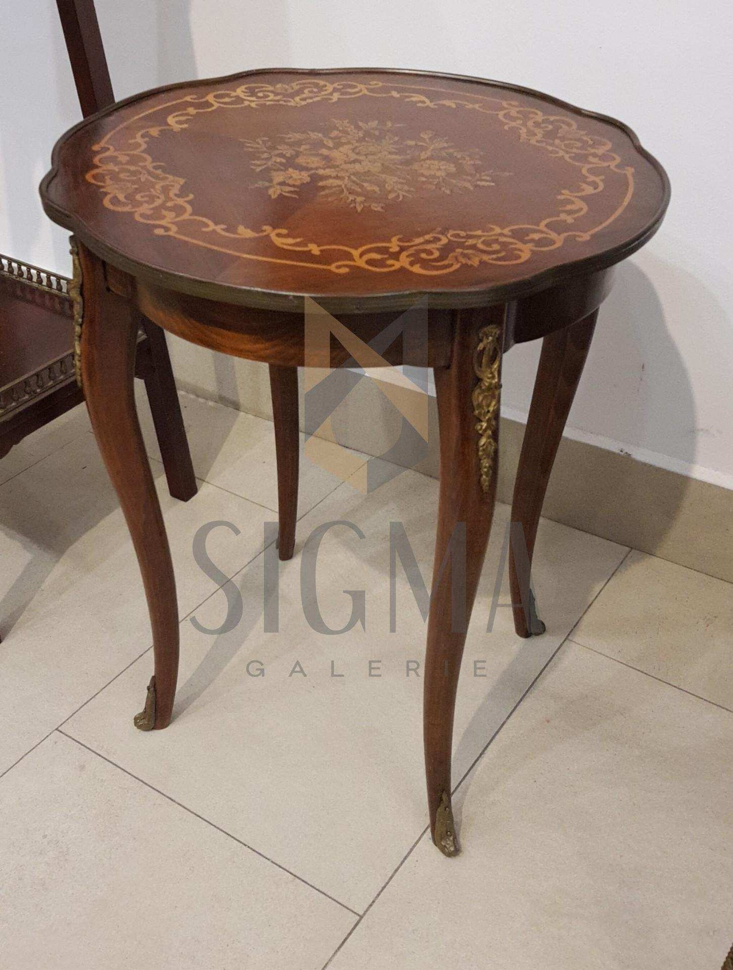 Masuta  cu 4 picioare, bogat decorata, cu intarsii - motive vegetale - si bronz.