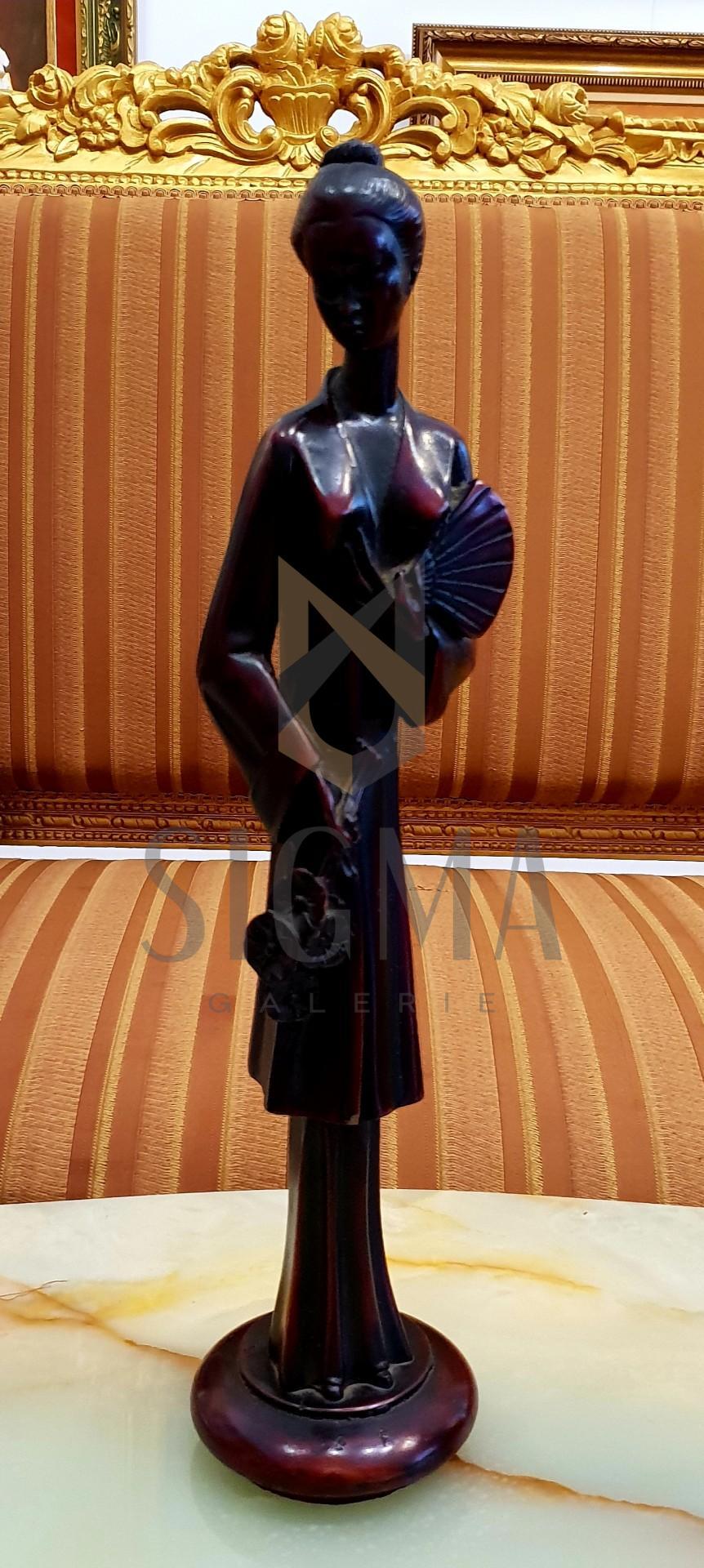 Sculptura din rasina, reprezentand o tanara japoneza cu evantai.